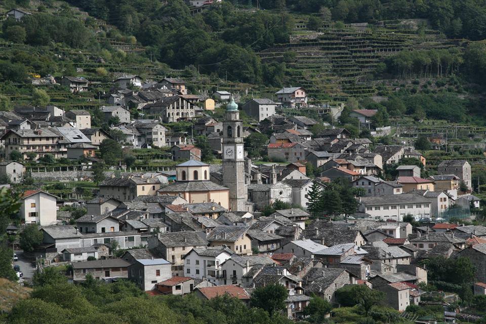 Scorcio panoramico del borgo di Carema, circondato dai vigneti terrazzati