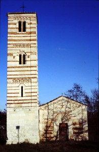 Pieve dei Santi Nazario e Celso - la facciata con il suo caratteristico bicromatismo