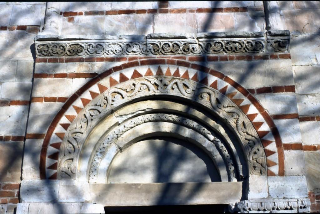 Pieve dei Santi Nazario e Celso - dettaglio del portale d'ingresso