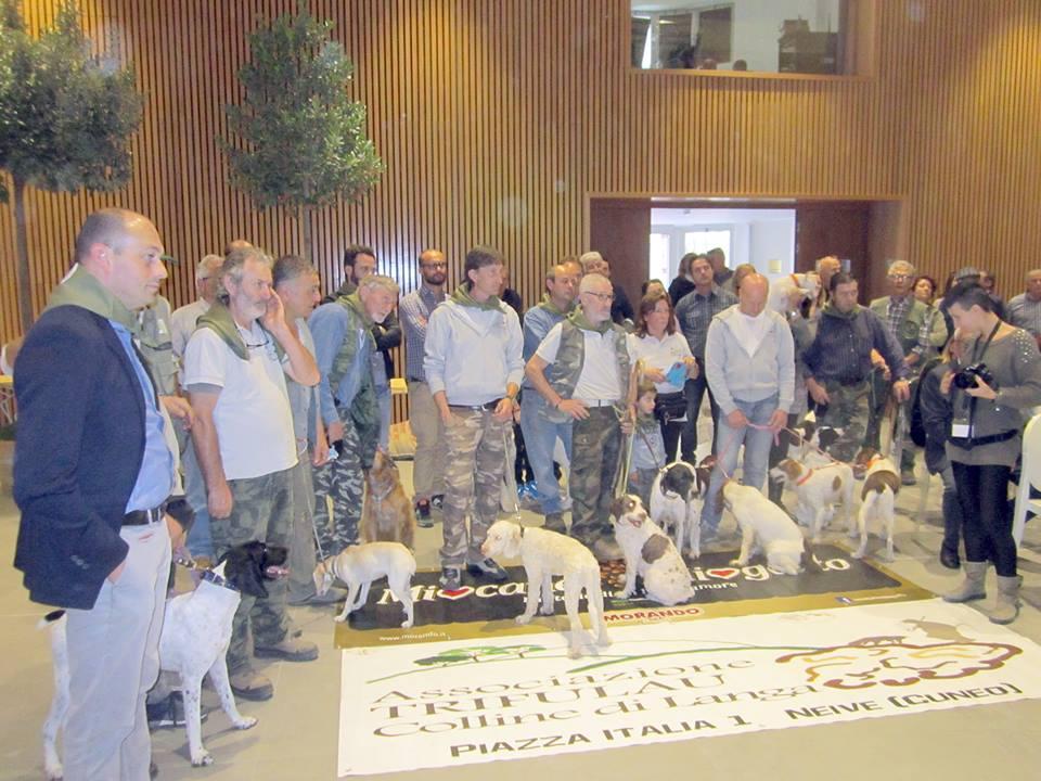 Trifolau con i loro cani, presenti per una premiazione