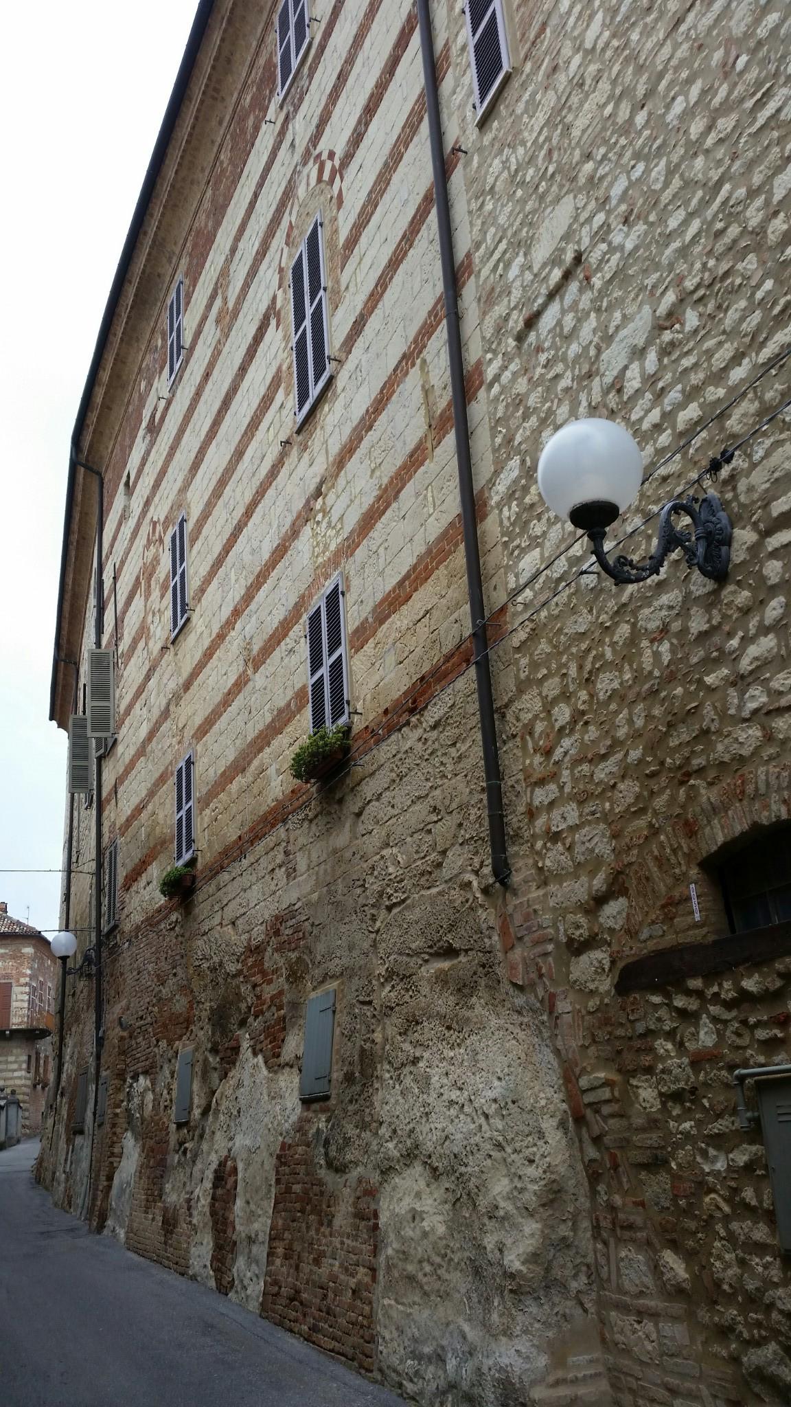 Edificio di Cella Monte con la tessitura muraria composta da alternanza di Pietra da Cantoni e laterizio