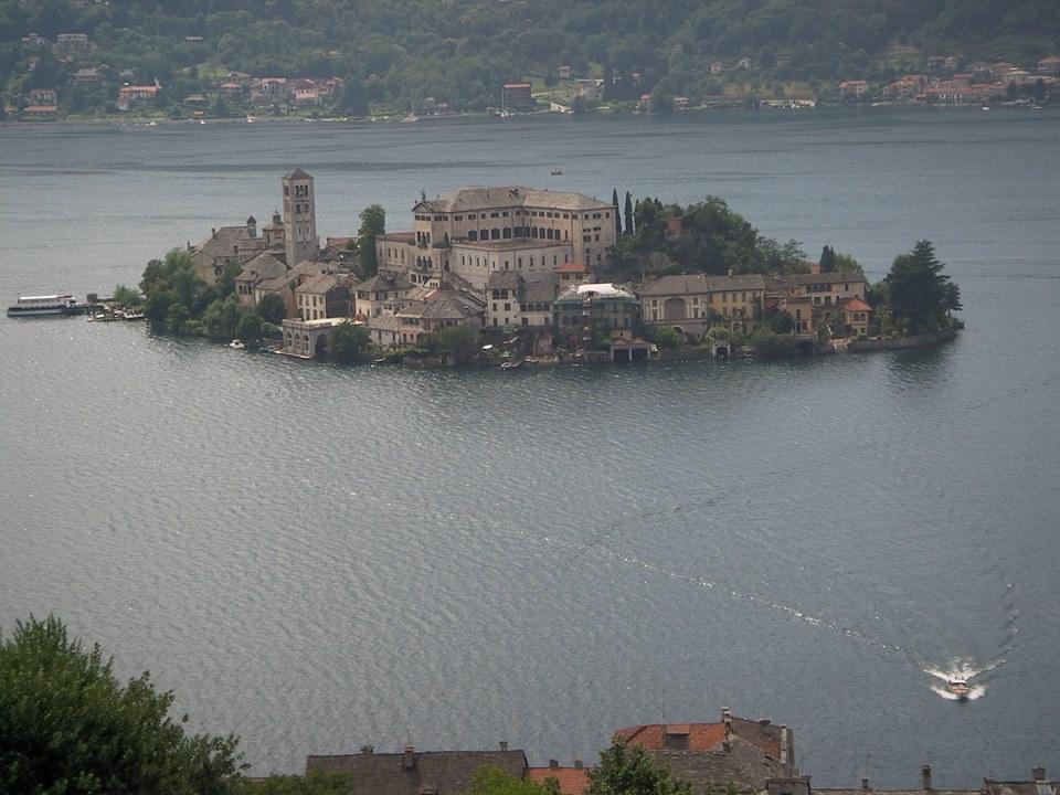 L'isola di San Giulio d'Orta, scrigno di fede, arte e bellezza