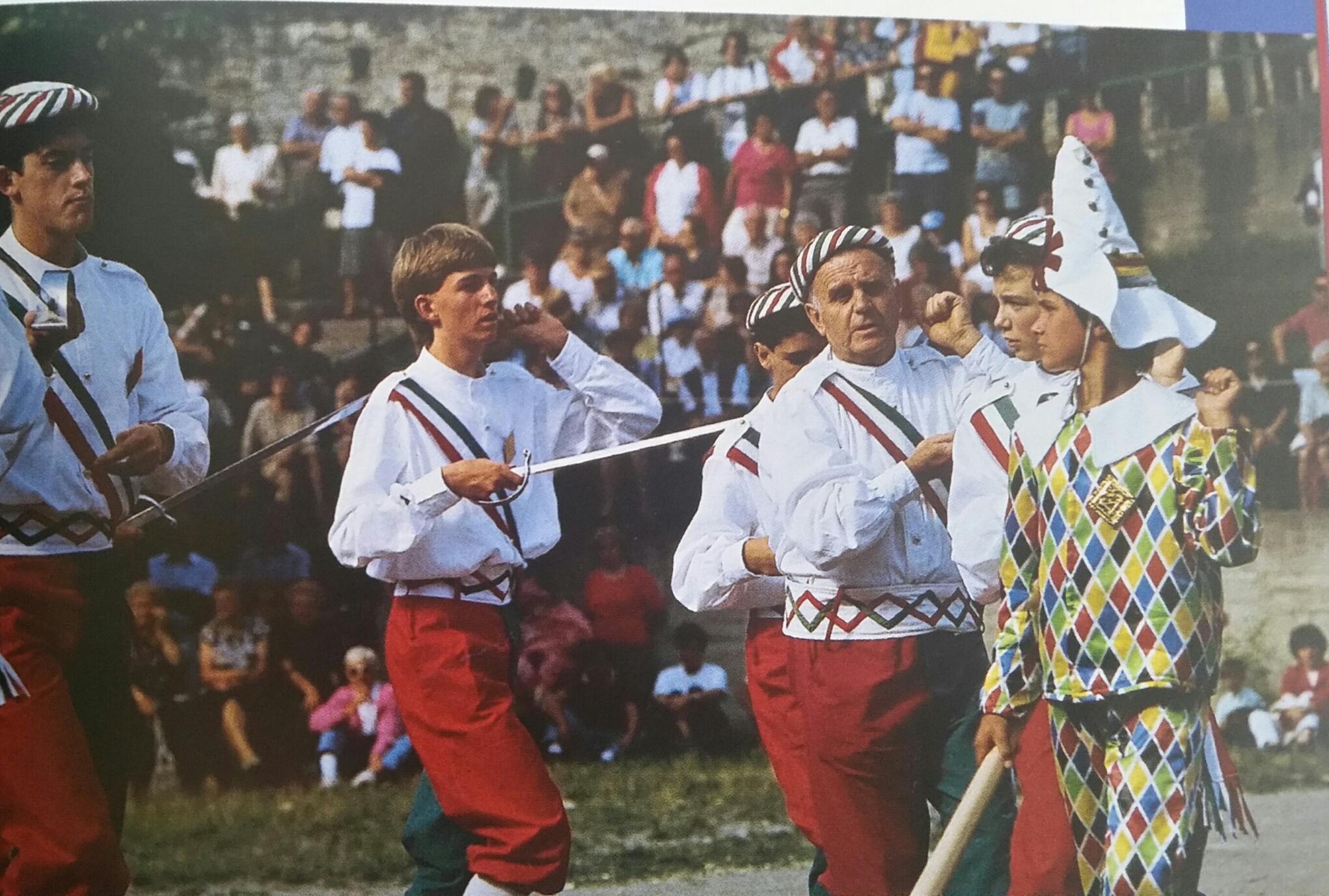 """Un momento del Bal da Sabre a Fenestrelle, originariamente inserito nei festeggiamenti del Carnevale - foto di Franco Sacconier tratta da """"Feste del Piemonte"""" di Massimo Centini ed. Priuli & Verlucca"""
