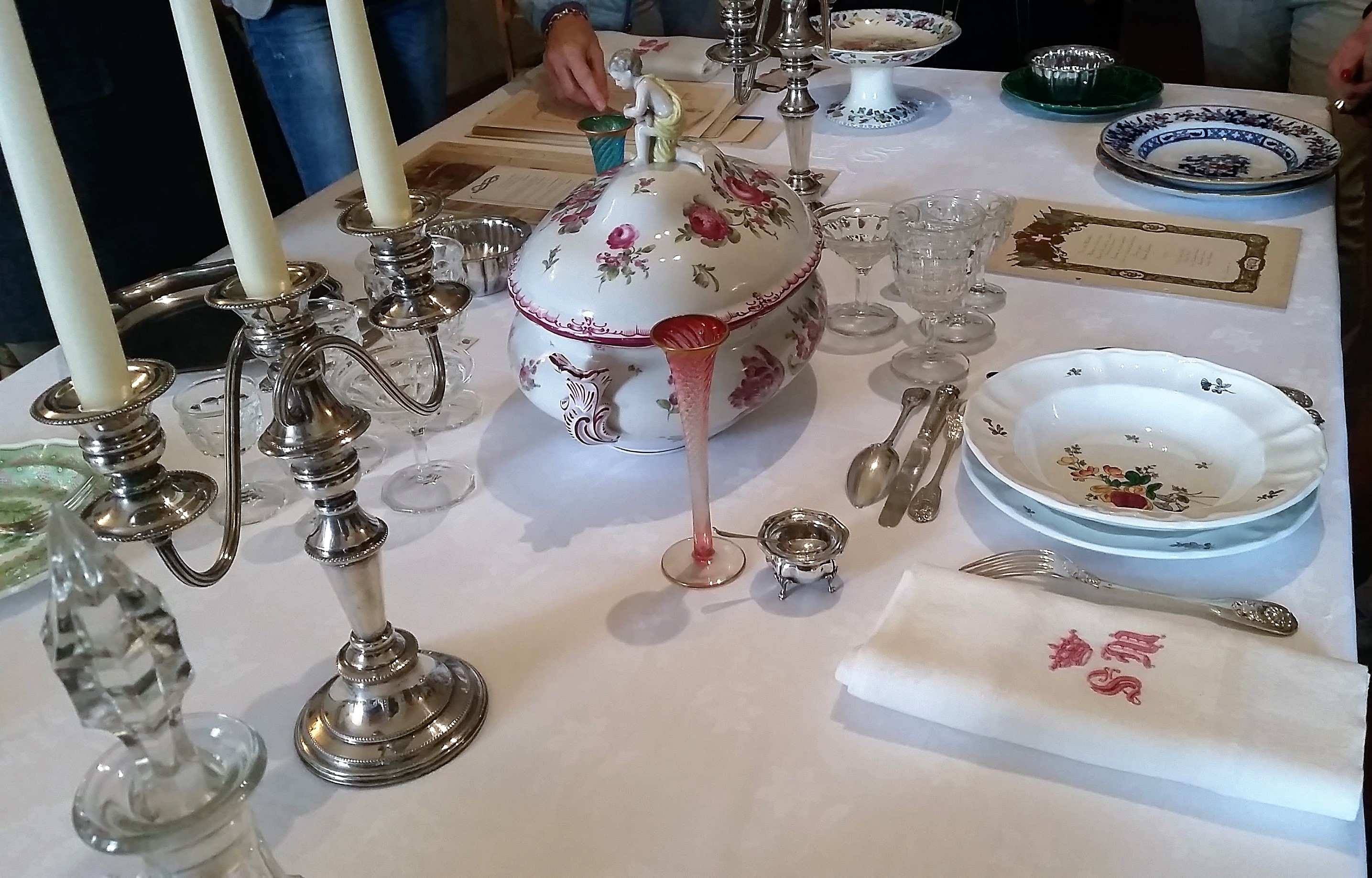 La tavola apparecchiata con l'elegante zuppiera come centro-tavola