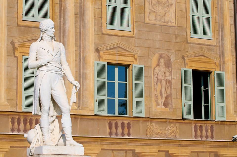 Napoleone, principale generale della Francia rivoluzionaria, assunse il potere in Francia dopo il colpo di Stato del 9 novembre 1799 (nella foto la statua di Napoleone a Marengo)