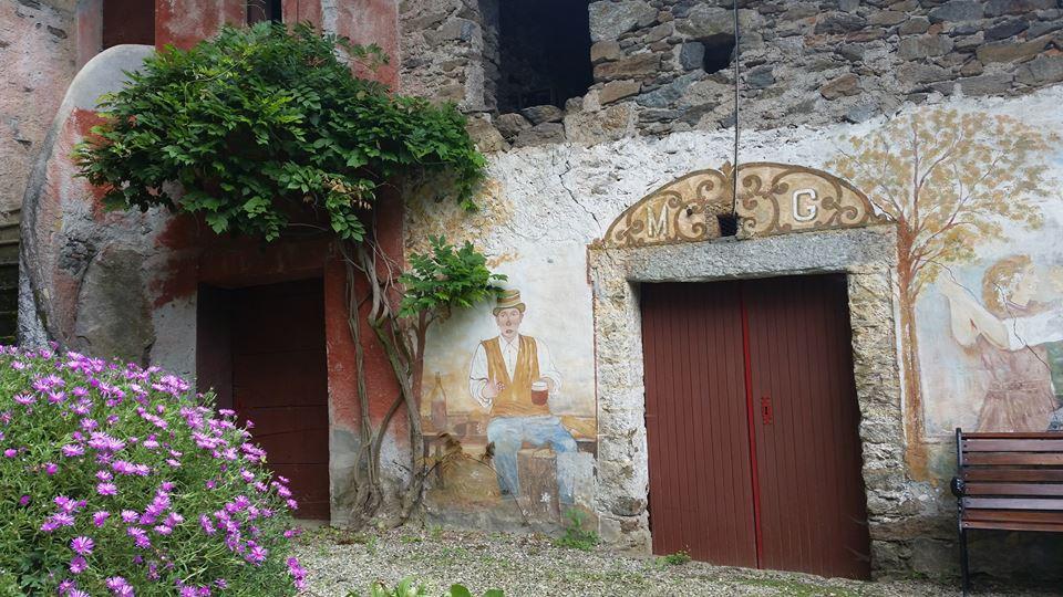 Ingresso di un balmetto con affreschi parietali