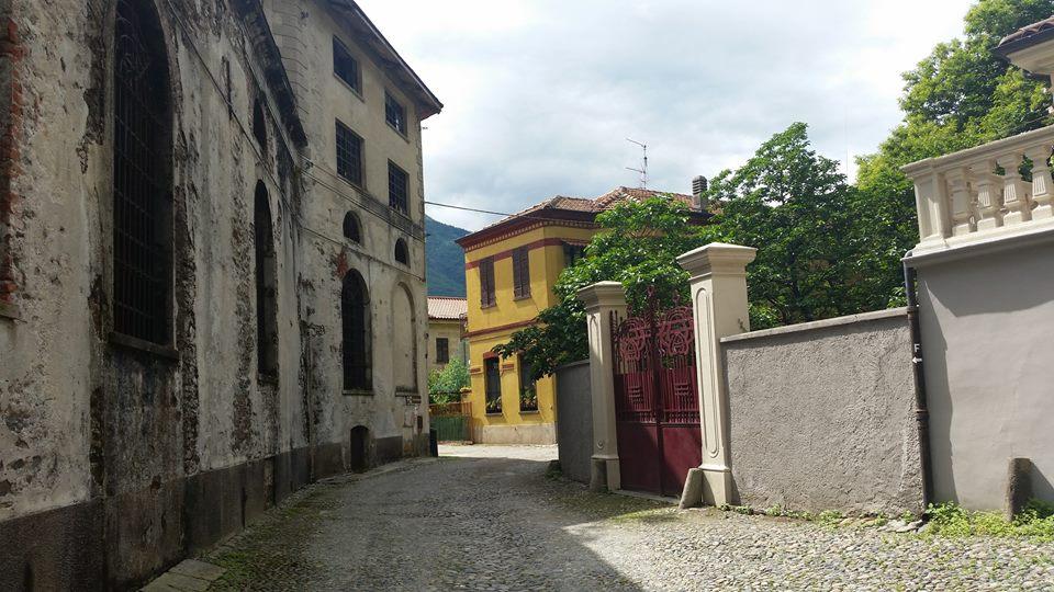 Via interna con cancellata di gusto liberty e sulla sinistra il fabbricato industriale della birra De Giacomi