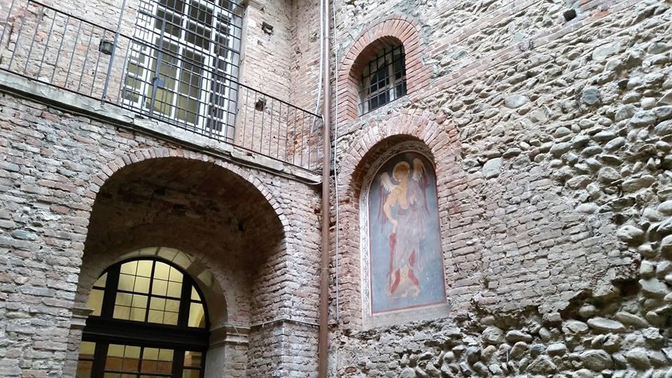 Castello di Rivalta - dettaglio del cortiletto con il San Michele Arcangelo