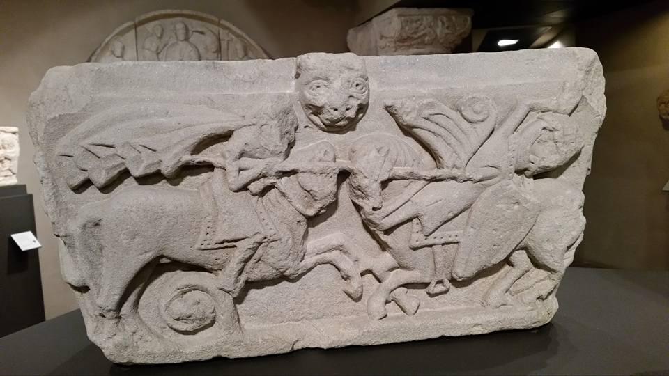 Uno dei capitelli rinvenuti nell'area di scavo del monastero di Rivalta