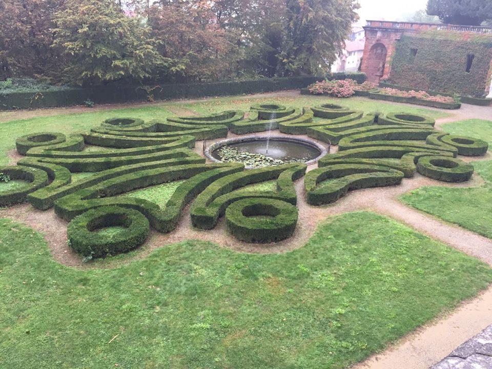 Castello di Agliè - scorcio del giardino con le siepi in bosso