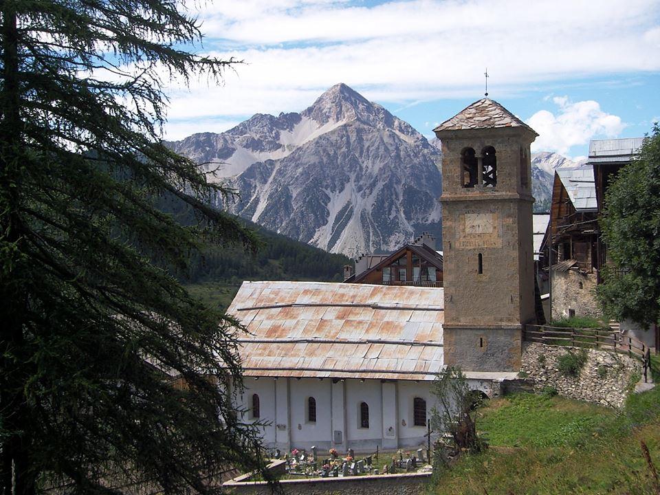 Veduta della chiesa di Thures in Val Thuras