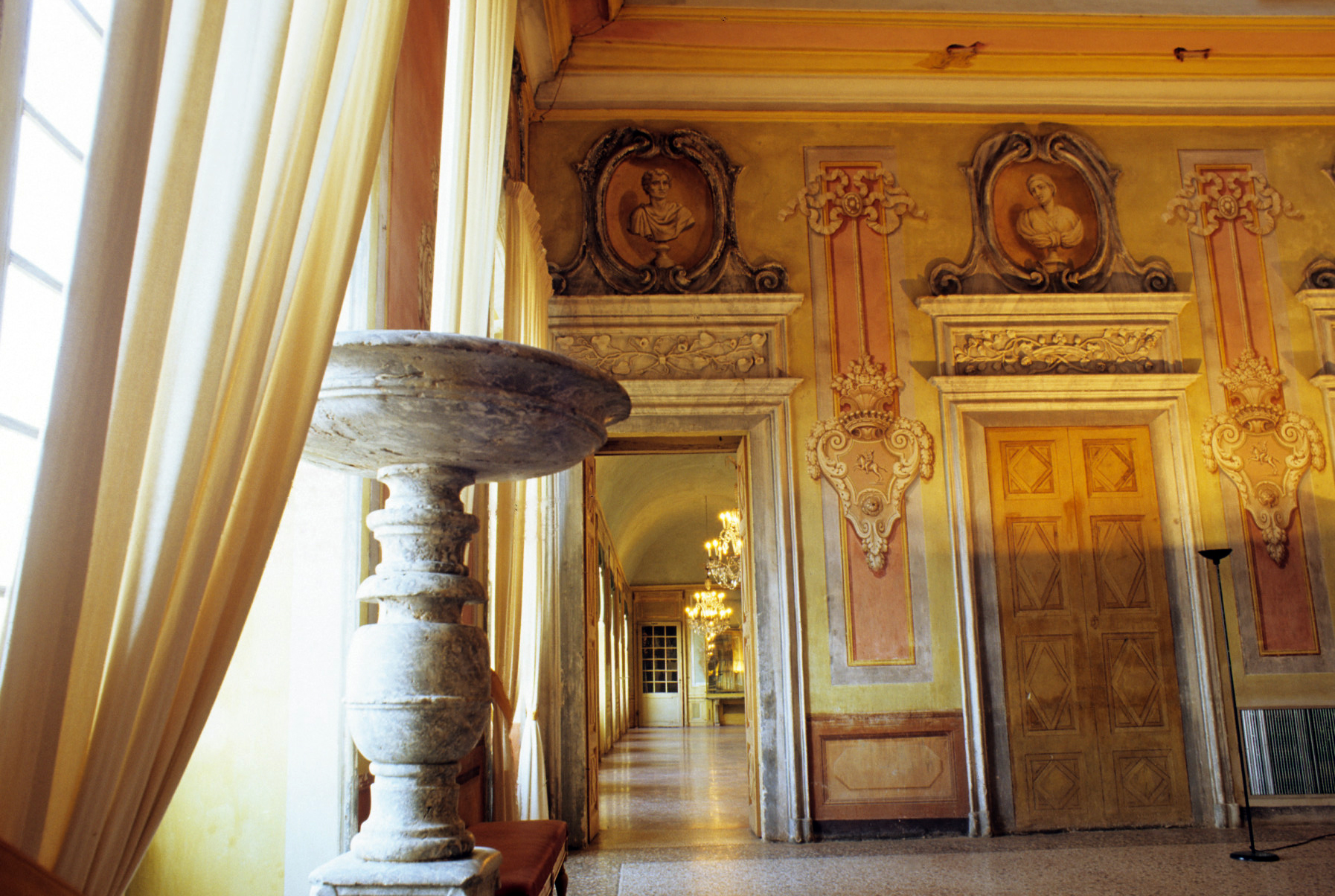 San Giorgio Canavese, il castello dei Biandrate tra raffinati decori alla Bérain e suggestivi percorsi nel parco
