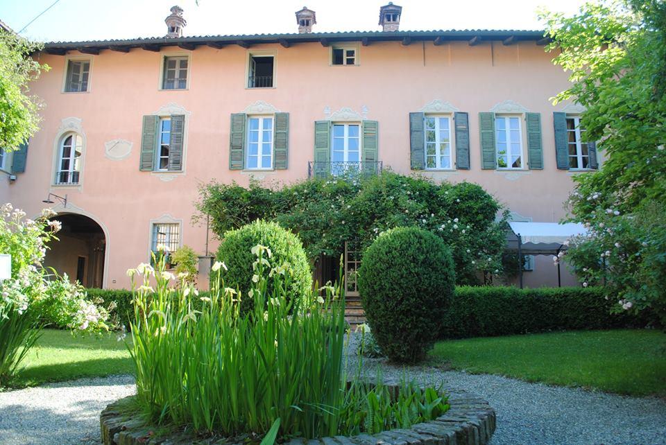 """Giardini piemontesi - la villa """"Il Palazzo"""" di Sciolze nel Chierese e il suo giardino di rose antiche"""