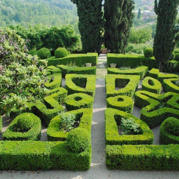 Giardini piemontesi: il castello di Soglio, antico feudo dei banchieri astesi Pelletta, e gli eleganti intrecci delle sempreverdi siepi di bosso
